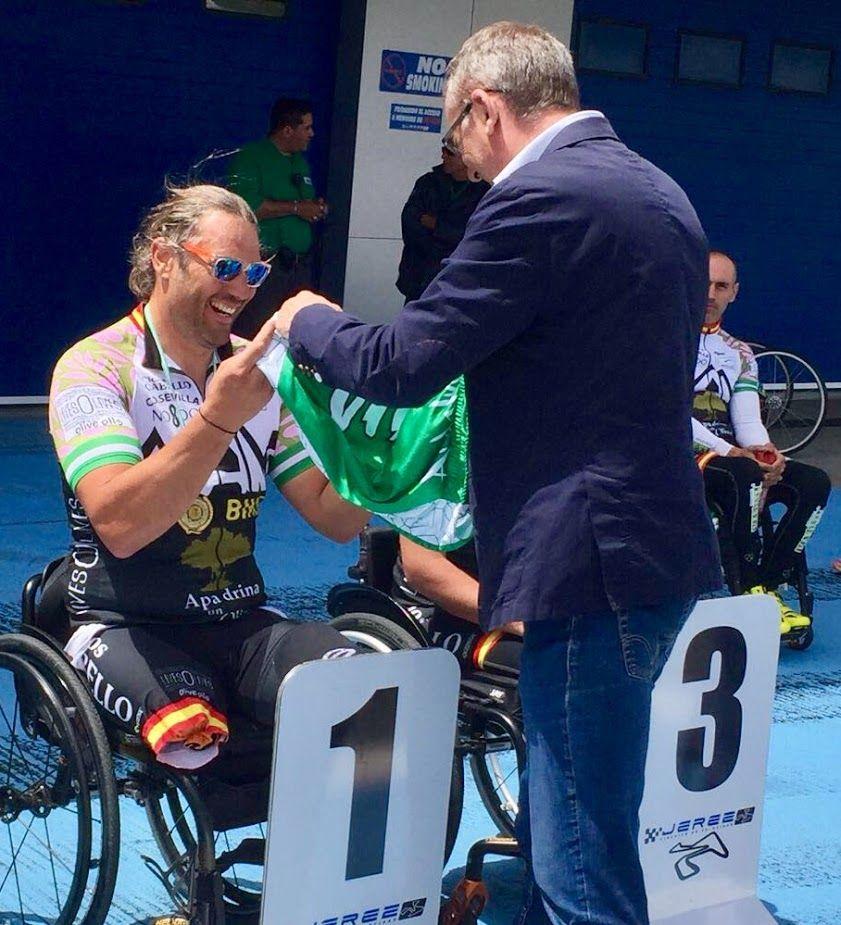 Entrega de medalla a Javier corredor de HandBike del equipo ApadrinaUnOlivo